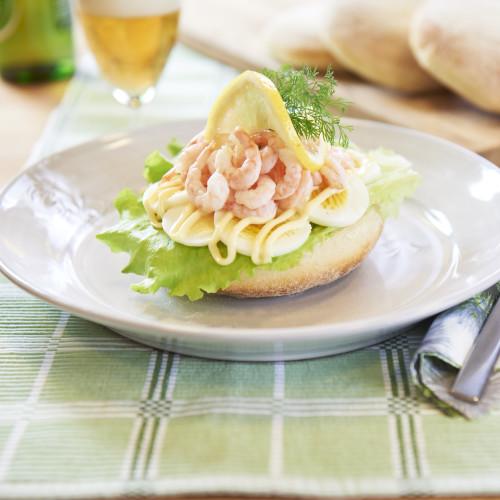 Räksmörgås på god surdegstekaka