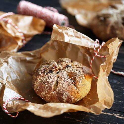 Surdegsbröd på rostade rågflingor, valnötter och tranbär