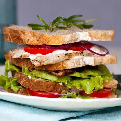 Äkta clubsandwich på surdegsbröd