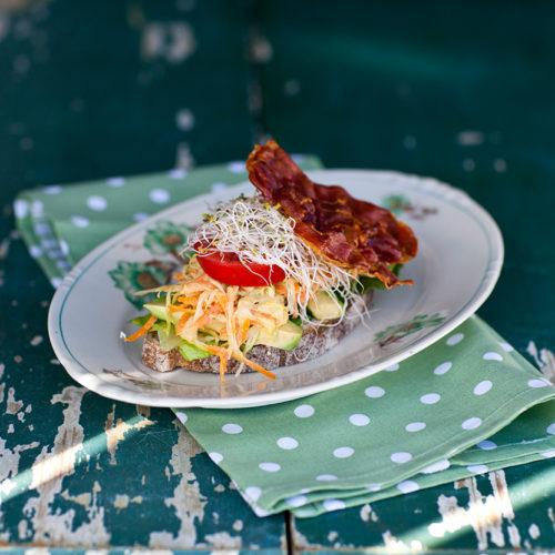 Lantlig macka med coleslaw, avokado & bacon