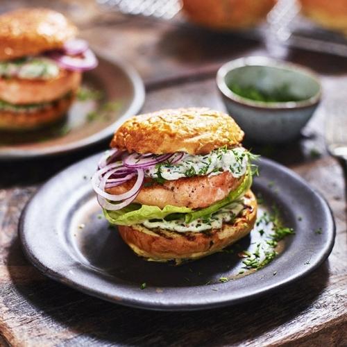 Brioche hamburgerbröd med färska örter